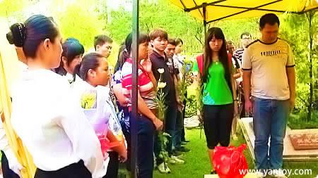 蔡科铭家人及亲友在墓园落葬现场