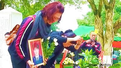 捐献者家属代表 宋鹏飞的姐姐前来献花