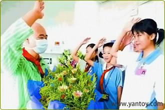 学生到医院看望丛飞并致以崇高的敬礼