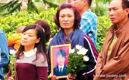 宋鹏飞的姐姐在省红会纪念园的公祭仪式上