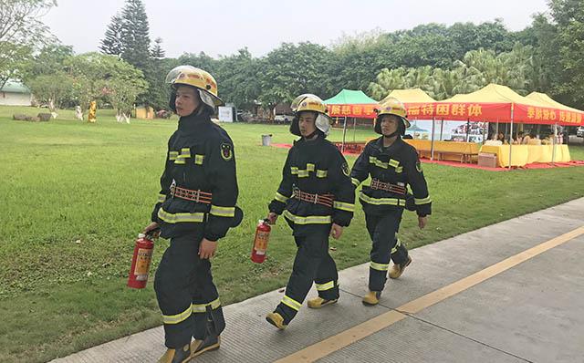 8清明期间,消防员队伍在园区巡逻保安全.jpg