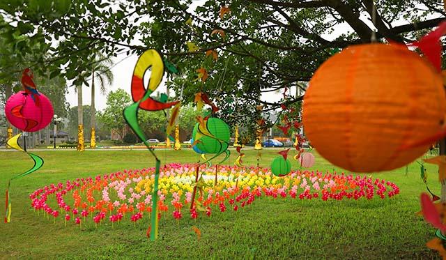 8装饰一新的园区景观