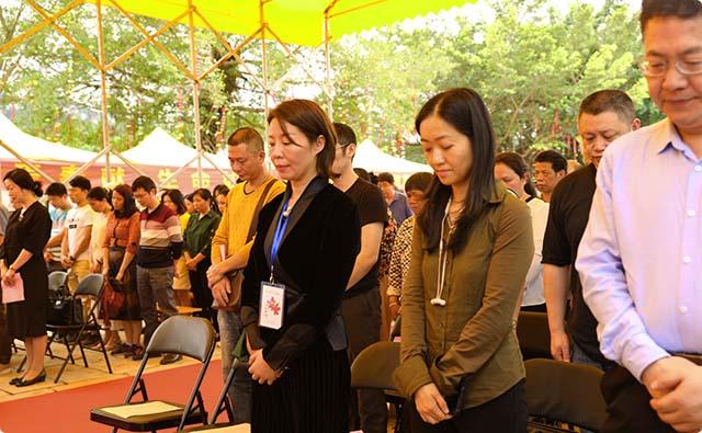 3 下午两点活动开始,全体人员首先进行鞠躬默哀30秒,向遗体与器官捐献者致敬
