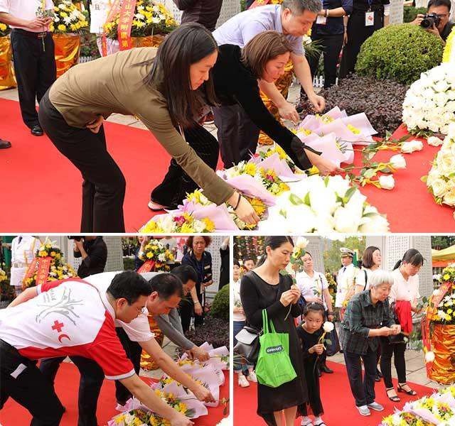 12 嘉宾及家属代表向捐献者献花