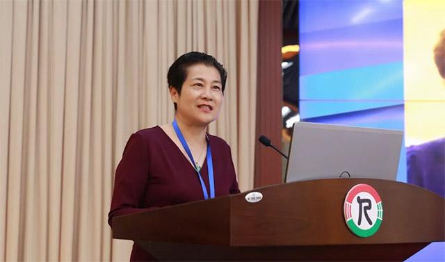 ▲中国殡葬协会副会长陈景莲致闭幕辞