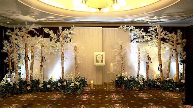2以白桦林场景设计布置的礼厅