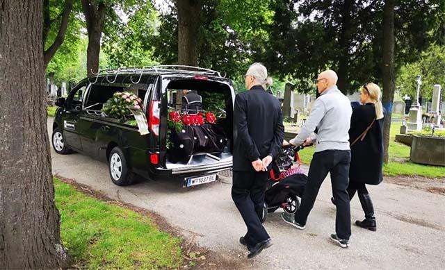 家里人将老人的骨灰送到维也纳中央公墓-5