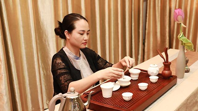3茶艺师,王群为大家作示范.jpg