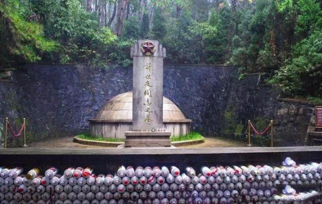许世友将军墓前的壮观——茅台酒堆成小山