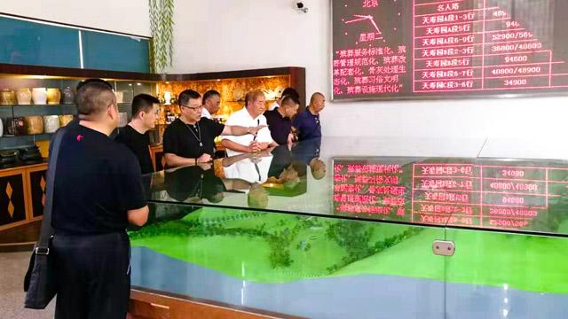 2蔡总带领上海客人一行在销售大厅参观园区的沙盘并进行讲解及介绍。