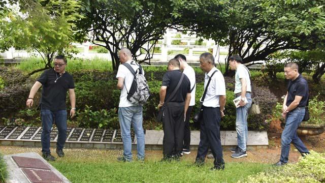 5嘉宾们到达艺术区花坛葬树葬区域参观