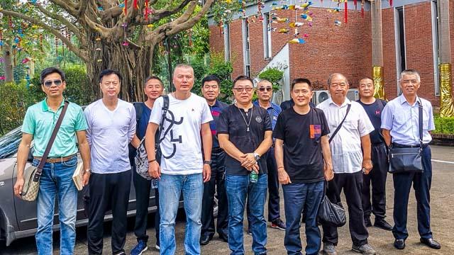 12蔡总与上海市嘉定区殡葬协会客人合影