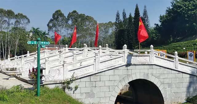 万安桥插入五星红旗