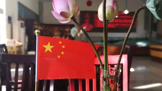 处处可见飘杨的五星红旗